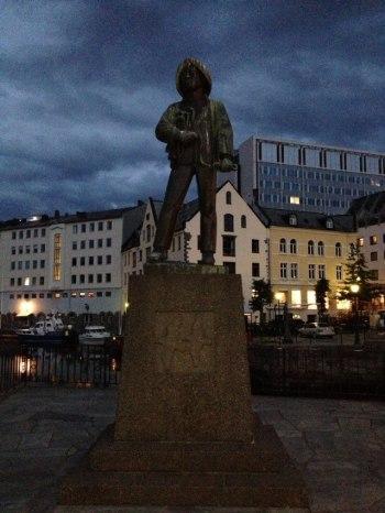 Fiskermannen - o Pescador . Um dos monumentos mais famosos de Alesund, Noruega