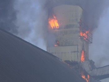 Incêndio destrói armazém de açúcar no Porto de Santos (Foto: Reprodução / TV Tribuna)