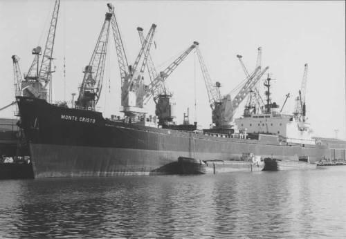 Navio Monte Cristo. Último navio em que o Mestre Sidnei viajou. Um SD-14, exatamente como esses que o pessoal vive carregando nos exercícios do CIAGA. O navio foi entregue a um armador grego em Hamburgo, e o Mestre Sidnei fez esta última viagem.