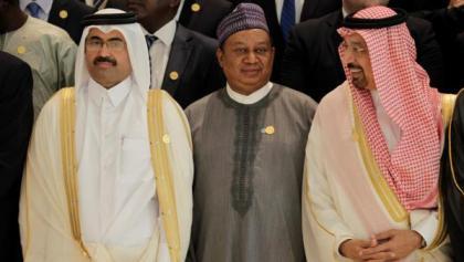 secretario-geral-da-opep-mohammed-sanusi-barkindo-com-o-ministro-da-energia-saudita-khalid-al-falih-e-o-ministro-mohammed-bin-saleh-al-sada-do-qatar-durante-a-ultima-reuniao-da-opep-na-argelia