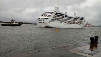 Transatlântico Insignia chegou a Santos na manhã deste domingo (Foto: Luigi Bongiovanni/A Tribuna)