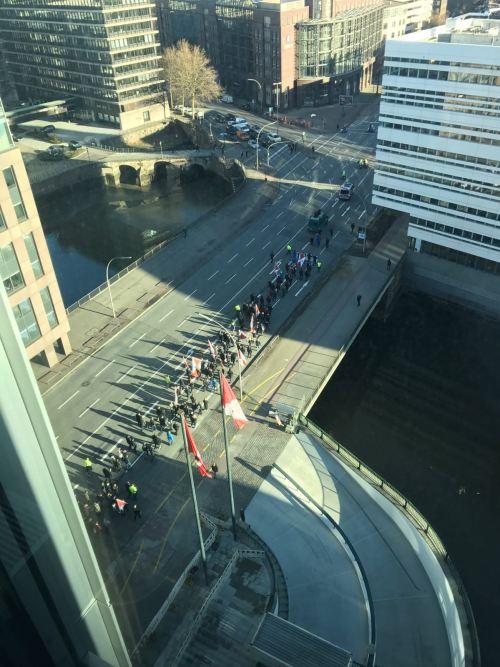 Do prédio da Hamburg Süd foi possível ver a extensão da passeata