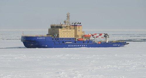 Navio operando no Ártico